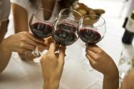 Sommelier begutachtet Rotwein im Bordeauxglas
