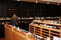 Kunde im gut-sortierten Weinfachhandel